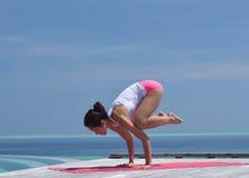 Yoga practicante de la mujer china asiática por el mar Imágenes de archivo libres de regalías