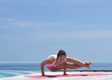 Yoga practicante de la mujer china asiática por el mar Fotos de archivo libres de regalías