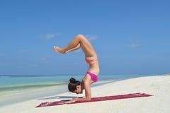 Yoga practicante de la mujer china asiática por el mar Fotografía de archivo