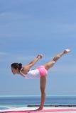 Yoga practicante de la mujer china asiática por el mar Imagen de archivo libre de regalías