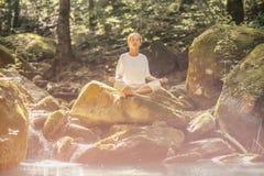 Yoga practicante de la mujer con los ojos cerrados al aire libre imagen de archivo libre de regalías