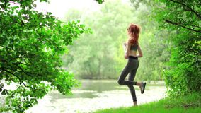 Yoga practicante de la mujer delgada hermosa en parque almacen de video