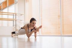 Yoga practicante de la mujer descalza en estudio Imágenes de archivo libres de regalías