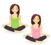 Yoga practicante de la mujer embarazada Imágenes de archivo libres de regalías