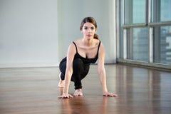 Yoga practicante de la mujer en el gimnasio fotos de archivo