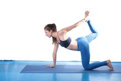 Yoga practicante de la mujer en el piso Imagen de archivo libre de regalías