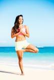 Yoga practicante de la mujer en la playa fotos de archivo