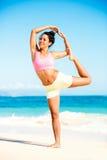 Yoga practicante de la mujer en la playa foto de archivo libre de regalías