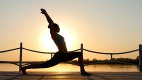 Yoga practicante de la mujer en la playa en la puesta del sol Concepto activo sano de la forma de vida almacen de video