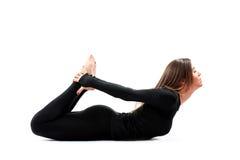 Yoga practicante de la mujer en un estudio Imagen de archivo