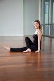 Yoga practicante de la mujer feliz en gimnasio foto de archivo