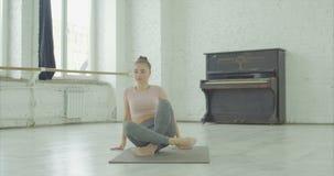 Yoga practicante de la mujer flexible, haciendo actitud de la garza almacen de video
