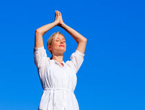 Yoga practicante de la mujer hermosa Imágenes de archivo libres de regalías