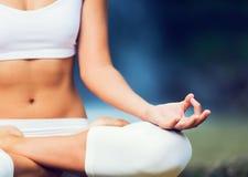 Yoga practicante de la mujer hermosa afuera en naturaleza Imagenes de archivo