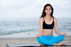 Yoga practicante de la mujer hermosa en la playa Fotografía de archivo libre de regalías