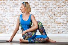 Yoga practicante de la mujer hermosa joven Imagen de archivo