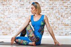 Yoga practicante de la mujer hermosa joven Fotografía de archivo libre de regalías