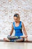 Yoga practicante de la mujer hermosa joven Fotos de archivo