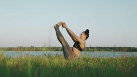 Yoga practicante de la mujer hermosa por mañana r metrajes