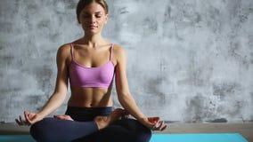 Yoga practicante de la mujer interior almacen de video