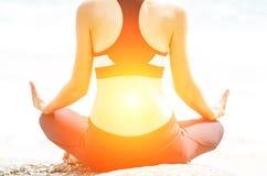 Yoga practicante de la mujer joven imagen de archivo libre de regalías