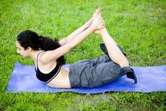Yoga practicante de la mujer joven Fotografía de archivo libre de regalías