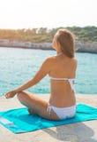 Yoga practicante de la mujer joven Imagenes de archivo
