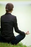 Yoga practicante de la mujer joven fotografía de archivo