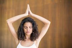 Yoga practicante de la mujer joven Imágenes de archivo libres de regalías