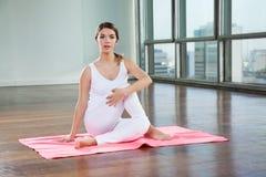 Yoga practicante de la mujer joven en el gimnasio fotos de archivo