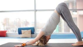 Yoga practicante de la mujer joven en un fondo urbano metrajes