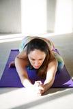 Yoga practicante de la mujer joven en un fondo urbano Imagen de archivo