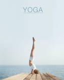 Yoga practicante de la mujer rubia hermosa en la costa imagen de archivo