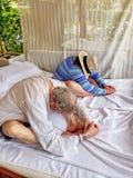 Yoga practicante de más viejos pares en una cabaña de la playa imagen de archivo