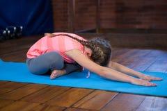 Yoga practicante del adolescente Foto de archivo
