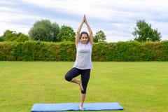 Yoga practicante del adolescente al aire libre Foto de archivo