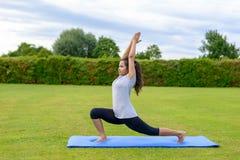 Yoga practicante del adolescente al aire libre Fotografía de archivo
