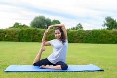 Yoga practicante del adolescente al aire libre Fotos de archivo libres de regalías