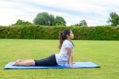 Yoga practicante del adolescente al aire libre Imagen de archivo libre de regalías