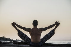 Yoga practicante del hombre Foto de archivo