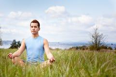 Yoga practicante del hombre de la raza mezclada Imagen de archivo libre de regalías
