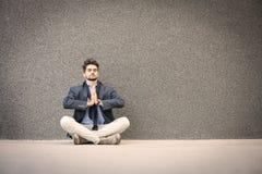 Yoga practicante del hombre de negocios en la calle Espacio para la copia fotografía de archivo libre de regalías