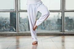 Yoga practicante del hombre en actitud del árbol Imagenes de archivo