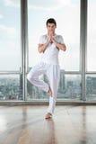 Yoga practicante del hombre joven Foto de archivo libre de regalías