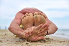 Yoga practicante del hombre joven Imágenes de archivo libres de regalías