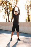 Yoga practicante del hombre joven al aire libre Imágenes de archivo libres de regalías