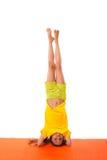 Yoga practicante del niño aislada fotos de archivo