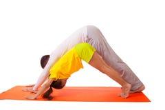 Yoga practicante del papá con la hija aislada fotos de archivo libres de regalías