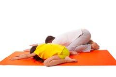 Yoga practicante del papá con la hija aislada imagenes de archivo
