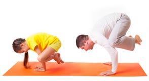 Yoga practicante del papá con la hija aislada fotos de archivo
